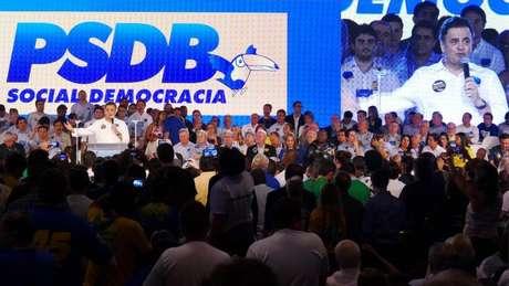 Aécio discursa após ser reconduzido à presidência do PSDB em 2015