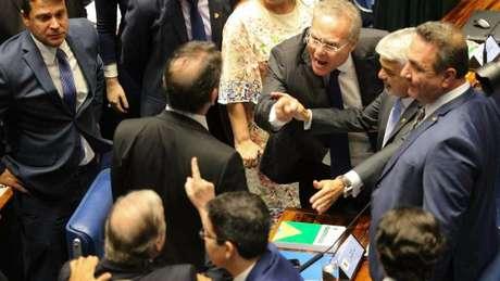 Renan Calheiros e Tasso Jereissati (de costas) com o dedo em riste, na tarde de sexta (01)
