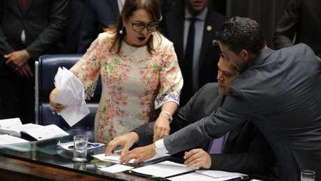 O momento em que Kátia Abreu (PDT-TO) toma a pasta da mesa do Senado de Davi Alcolumbre (DEM-AP)