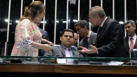 A sessão de sexta foi presidida por Alcolumbre (centro), sob protestos de Calheiros (dir.) e Kátia Abreu (esq.)