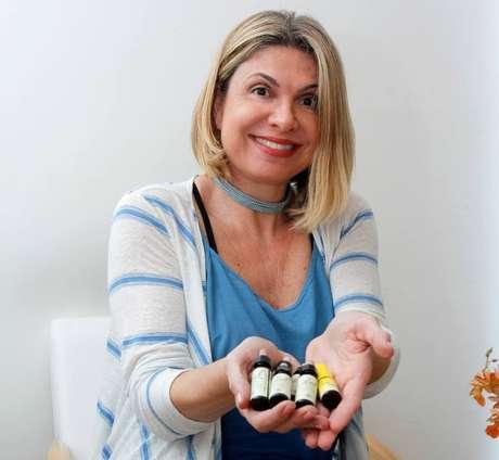 A aromaterapeuta Márcia Rissato com seus óleos essenciais.