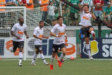 Danilo Avelar comemora seu gol contra o Palmerias