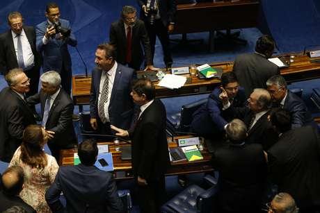 O senador Renan Calheiros (MDB-AL) discute com os senadores Tasso Jereissati (PSDB-CE), enquanto os senadores Humberto Costa (PT-PE) e Cid Gomes (PDT-CE) apartam a confusão, na sessão para eleição do próximo presidente do Senado Federal, em Brasília, nesta sexta- feira, 01,