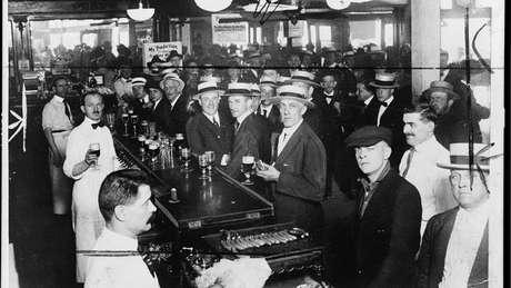Bar em Nova York em 1919, antes da entrada em vigor da Lei Seca