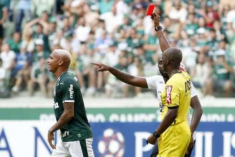 Deyverson recebe cartão vermelho no clássico contra o Corinthians