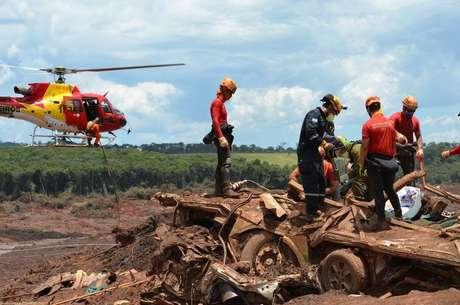 Brumadinho - Escombros de casas e máquinas são encontrados no local da tragédia.
