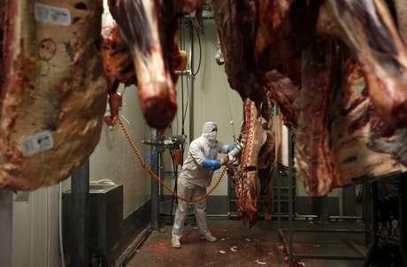 Trabalhador corta carnes em frigorífico 17/07/2013 REUTERS/Kacper Pempel