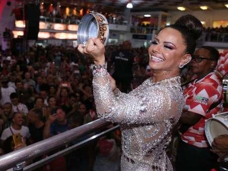 Viviane Araujo, rainha de bateria do Salgueiro, é conhecida pelo seu talento no tamborim e deu um show durante o ensaio na quadra da escola de samba carioca