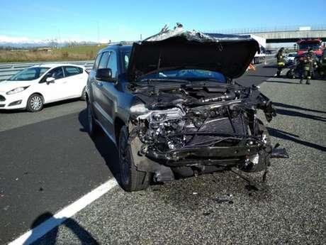 Carro de Douglas Costa ficou com a frente destruída (Foto: Reprodução /Corriere della Sera)