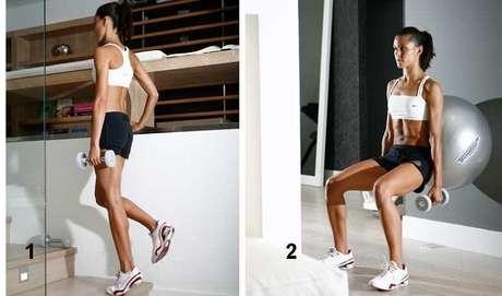 1. Mantendo os CALCANHARES para fora de um degrau e apoiado sobre apenas um dos pés e eleve os tornozelos. O exercício melhora a força e a mobilidade dos tornozelos. / 2. AGACHAMENTO com a bola das costas trabalha o quadríceps e reforça o ligamento da patela. Apoie a bola na parede e se apoie nela. Mantenha os pés um pouco à frente da linha do quadril. Flexione os joelhos até 90 graus e volte à posição inicial. Se quiser aumentar a intensidade, segure um halter em cada mão.