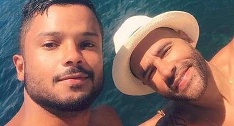Rodrigo Santana (à direita) com JR Figueiredo: comediante afirma que o namorado mudou sua vida para melhor