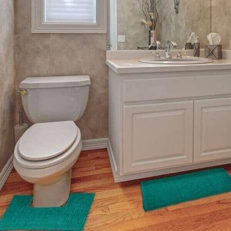 9- O tapete para banheiro deve ter as dimensões adequadas ao espaço do ambiente. Fonte: Mobly