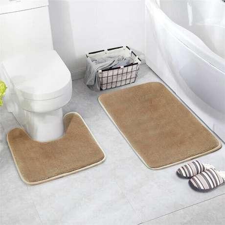 12- O conjunto de tapetes para banheiro protege os pés das temperaturas frias do piso. Fonte: DHgate
