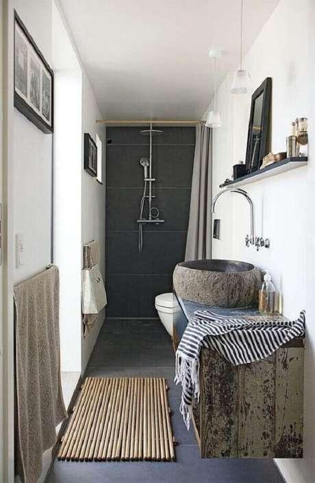 17- O tapete para banheiro tipo esteira de bambu decora o ambiente rústico e moderno. Fonte: Pinterest