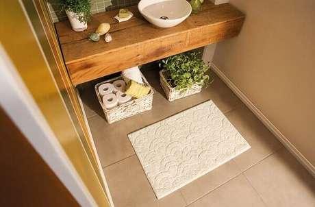14- O tapete para banheiro utilizado no lavabo tem a função de evitar pingos de água no chão. Fonte: Lojas Varal