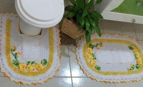 18- O tapete para banheiro tem aplicação de flores de crochê. Fonte: Pinterest