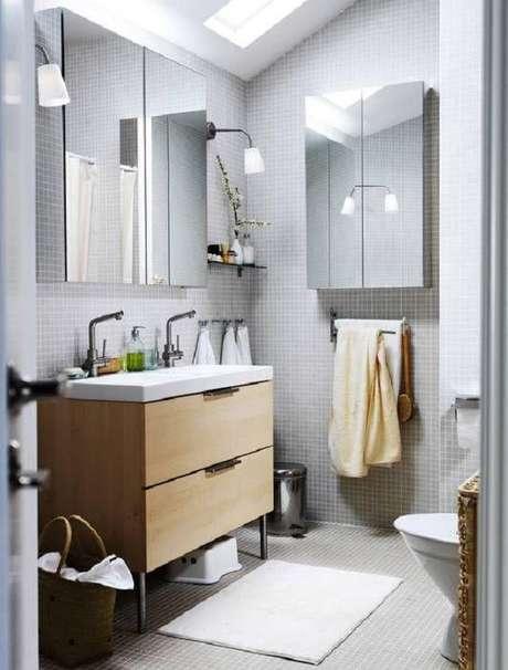 62- O tapete para banheiro na cor clara combina com a bancada da pia. Fonte: Pinterest