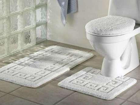 15- No jogo de tapete para banheiro, a tampa do vaso tem a função de banqueta. Fonte: Bossinha