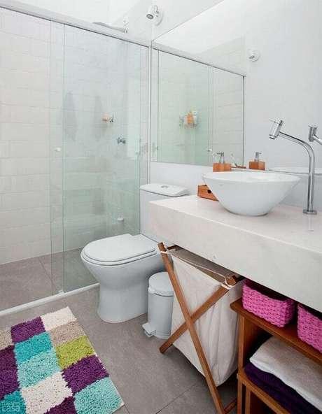 16- O tapete para banheiro colorido decora o ambiente branco. Fonte: Pinterest