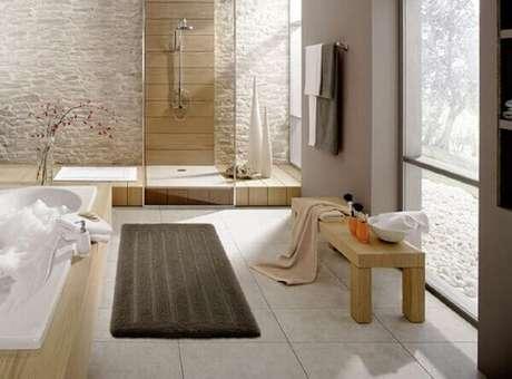42- O tapete para banheiro foi colocado ao lado da banheira e próximo ao box. Fonte: Marriagevine
