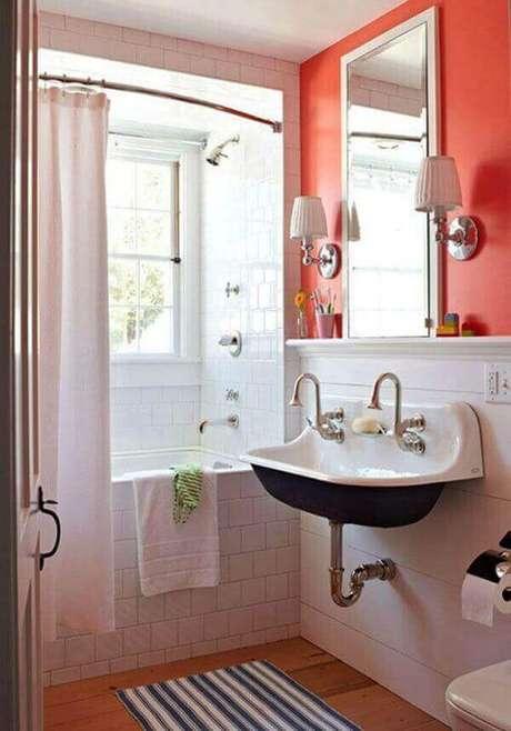 20- O tapete para banheiro protege o piso de madeira da umidade da pia e banheira. Fonte: Hative