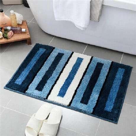 25- O tapete para banheiro felpudo é confortável ao toque dos pés. Fonte: Espacepublic.rennes.fr