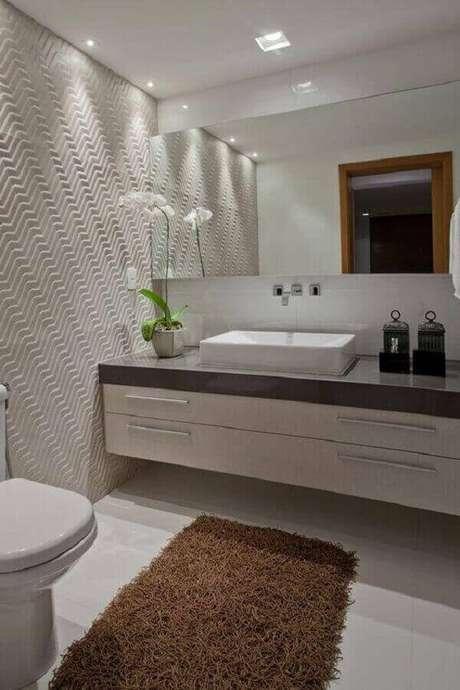 27- No lavabo, o tapete para banheiro retangular serve tanto para o vaso sanitário como para a pia simultaneamente. Fonte: Pinterest