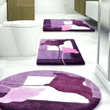 1- O tapete para banheiro pode ter cores fortes para contrastar com as louças. Fonte: Tatung Rice Cooker