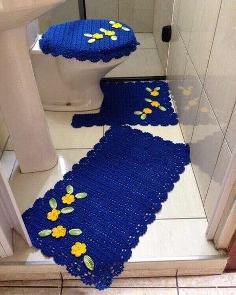 28- O tapete de crochê para banheiro pode ser executado em diversas cores. Fonte: Tua Casa