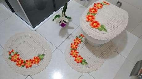 29- O tapete de crochê para banheiro utiliza barbante na cor cru para confeccionar as peças. Fonte: Artes De Crochê – Loja Integrada