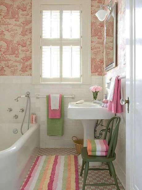 30- O tapete para banheiro listrado e colorido combina com os jogos de toalhas e cadeira. Fonte: Hative