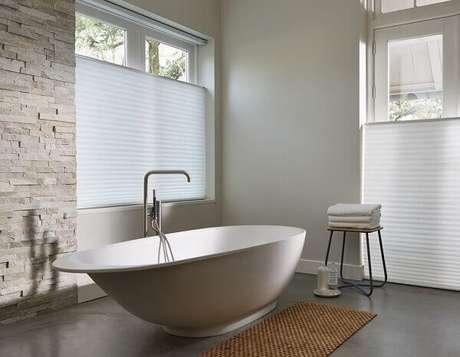 32- Ao lado da banheira foi utilizado um tapete para banheiro tipo esteira. Fonte: LuxaFlex