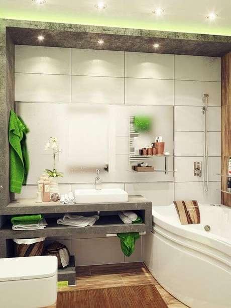 34- O tapete para banheiro em tons de madeira combina com o piso e a parede. Fonte: Hative