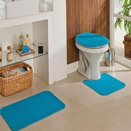 35- O conjunto de tapete para banheiro complementa a decoração com cores vibrantes. Fonte: Ponto Frio