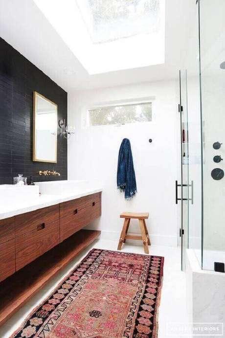 22- A passadeira é um tipo de tapete para banheiro que tem o comprimento da bancada. Fonte: Pinterest