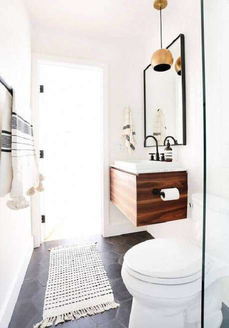 23- O tapete para banheiro de crochê na cor branca combina com o estilo clean do ambiente. Fonte: Pinterest