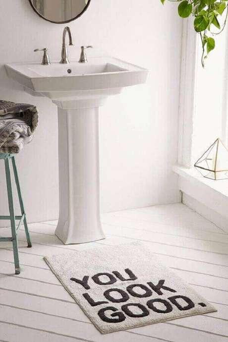 24- Você pode encontrar no mercado tapete de banheiro em estilo moderno para decorar o seu ambiente. Fonte: Pinterest