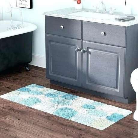 40- O tapete para banheiro retangular na cor clara ajuda a abrir o ambiente. Fonte: Bathroom Ideas