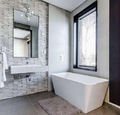 45- O tapete para banheiro ao lado da banheira facilita a arrumação do cômodo. Fonte: Chastity Cortijo