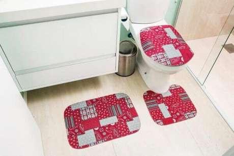 47- O tapete para banheiro simples é encontrado no mercado a preços acessíveis. Fonte: Magazine Luiza