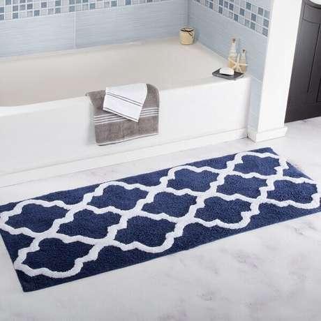 48- O tapete para banheiro retangular e comprido é do mesmo comprimento da banheira. Fonte: Decor Ideas and Tips