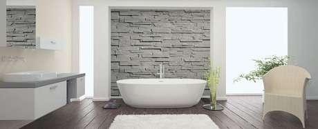 50- No ambiente moderno, o tapete para banheiro tem a função de proteger o piso e decorar. Fonte: Bathroom Warehouse in Norwich