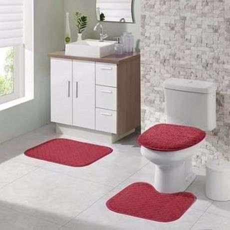 51- O tapete para banheiro na cor vermelha deixa o ambiente mais alegre e descontraído. Fonte: Ponto Frio