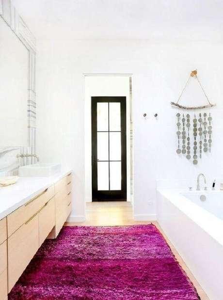57- O grande tapete para banheiro na Pink realça o ambiente clean. Fonte: Pinterest