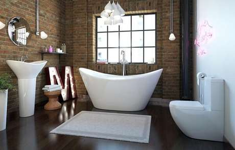 54- No ambiente moderno com louças brancas, o tapete branco e gelo complementam a decoração. Fonte: Bathrooms