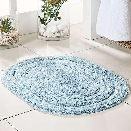 55- O tapete para banheiro oval é facilmente adaptado a todos os tamanhos de áreas. Fonte: Urbaville