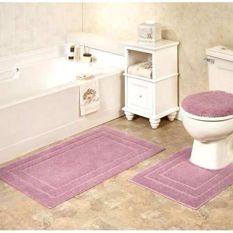 56- O tapete para banheiro na cor rosa é delicado e pode ser utilizado em ambientes retro. Fonte: kiwidistributing.info