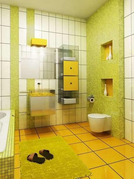 59- O tapete para banheiro verde limão combina com as pastilhas da parede. Fonte: Hative