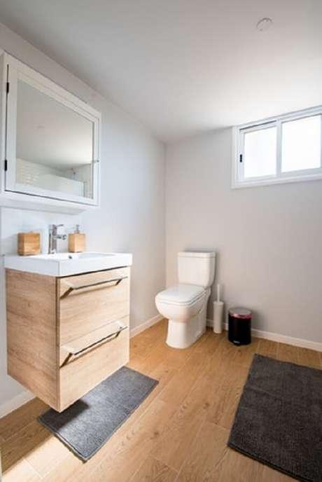 60- É possível fazer um conjunto de tapete para banheiro utilizando tamanhos diferentes de peças similares. Fonte: Filios sazeides