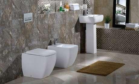 61- A cor do tapete para banheiro combina com os revestimentos da parede. Fonte: House of Tiles